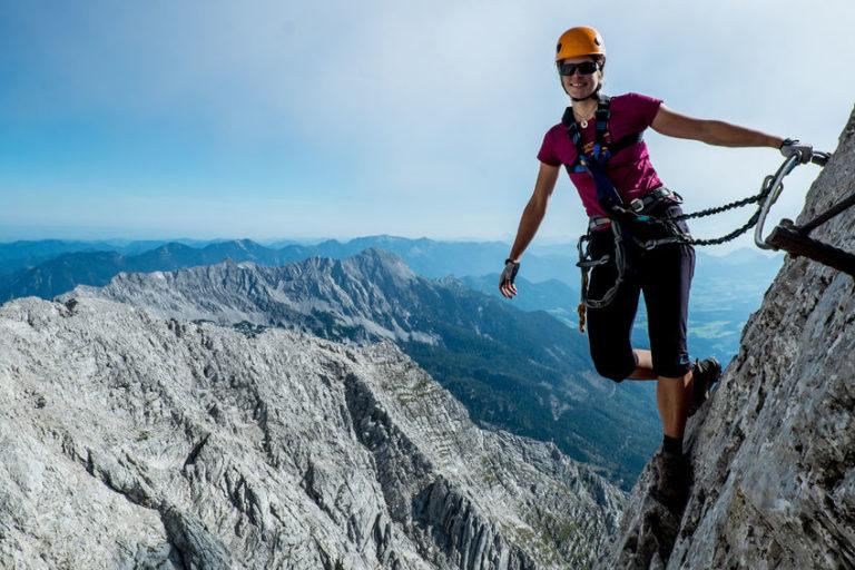 Frau im Klettersteig Via Ferrata