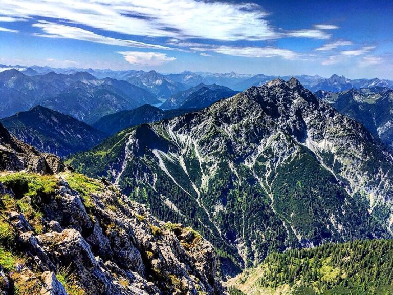 Aussicht vom Gipfel der Hochplatte in den Ammergauer Alpen