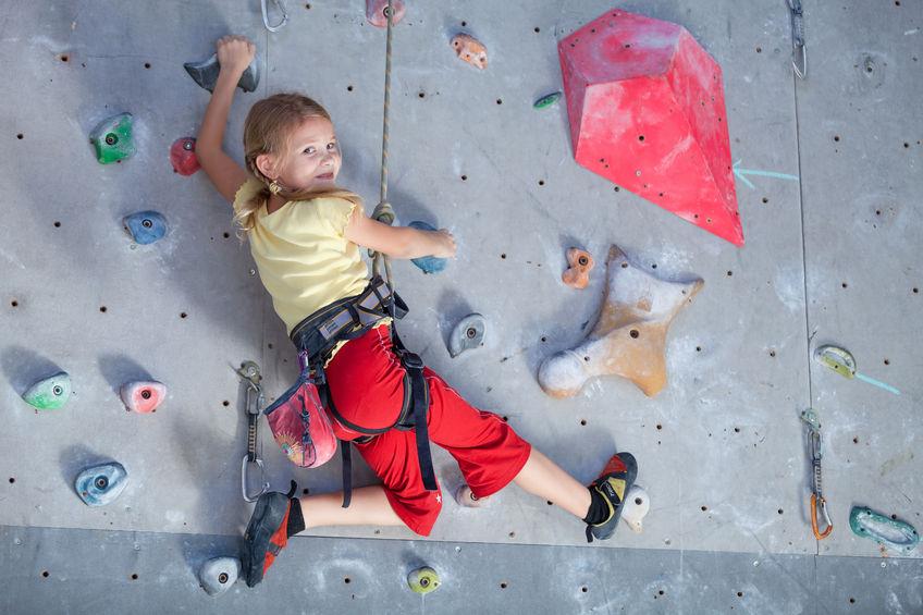 Ein Mädchen klettert Indoor am Toprope