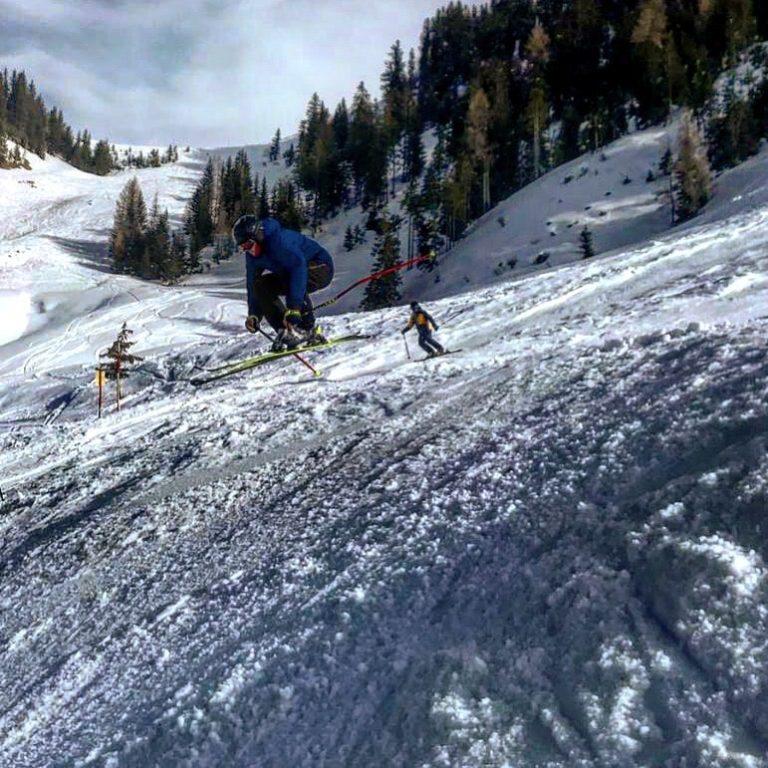 Ein Skifahrer fährt eine schwarze Piste in Maria Alm hinab