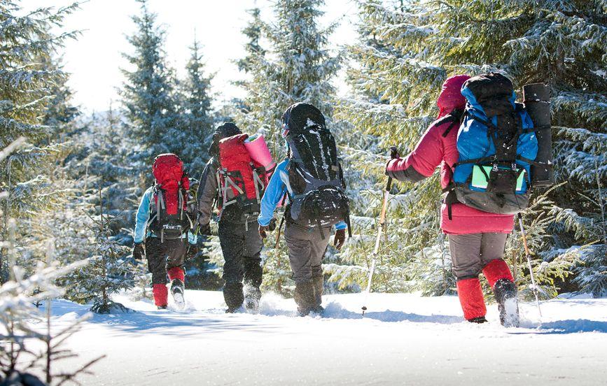 Wanderer mit Gamaschen in Winterlandschaft