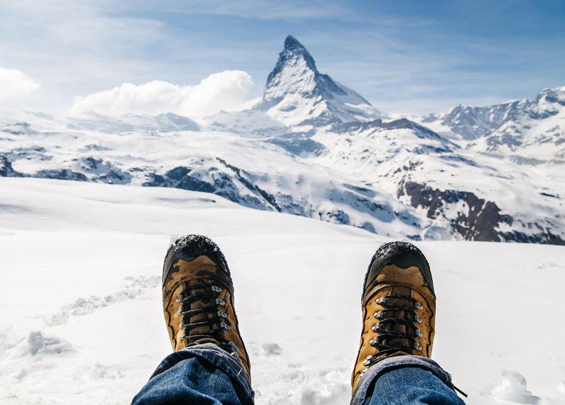 Ein Paar Wanderschuhe mit Blick aufs Matterhorn