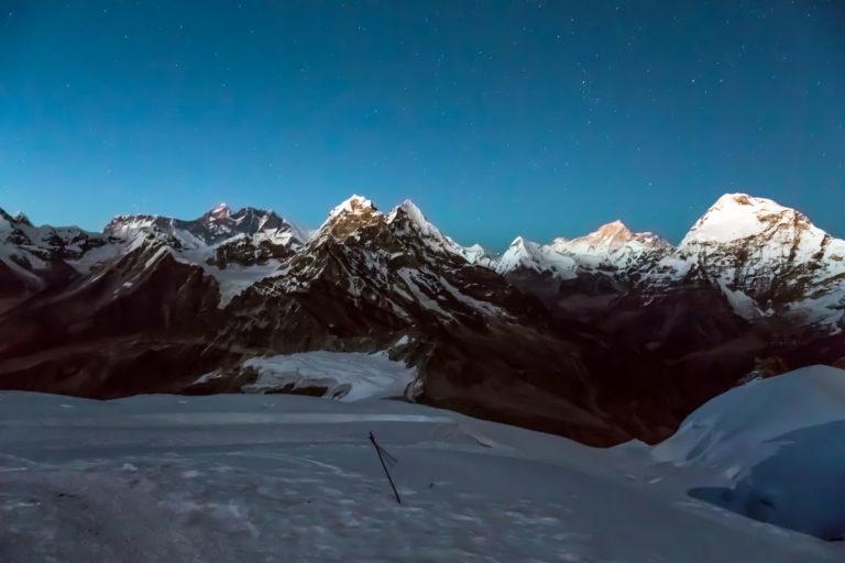 Blick auf das Mount Everest Massiv in Nepal bei Nacht