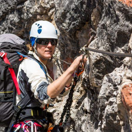 Eine Frau beim klettern im Klettersteig Via-Ferrata