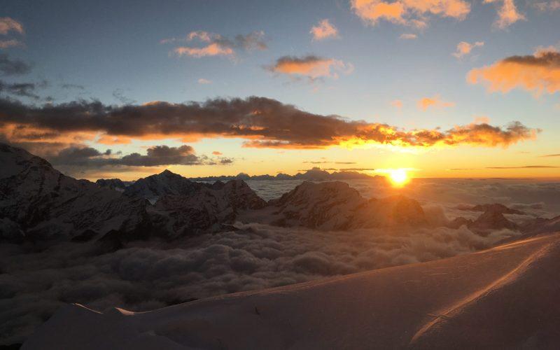 Ein Sonnenaufgang in Nepal vom Gipfel des Mera Peak aus