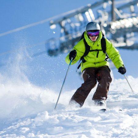 Ein Skifahrer auf der Piste